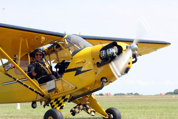 Bredan O'Brien in zijn Piper Cub