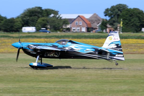 Melissa landt haar EDGE 540 op Texel